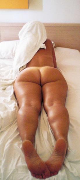 Cougar nue sur son lit